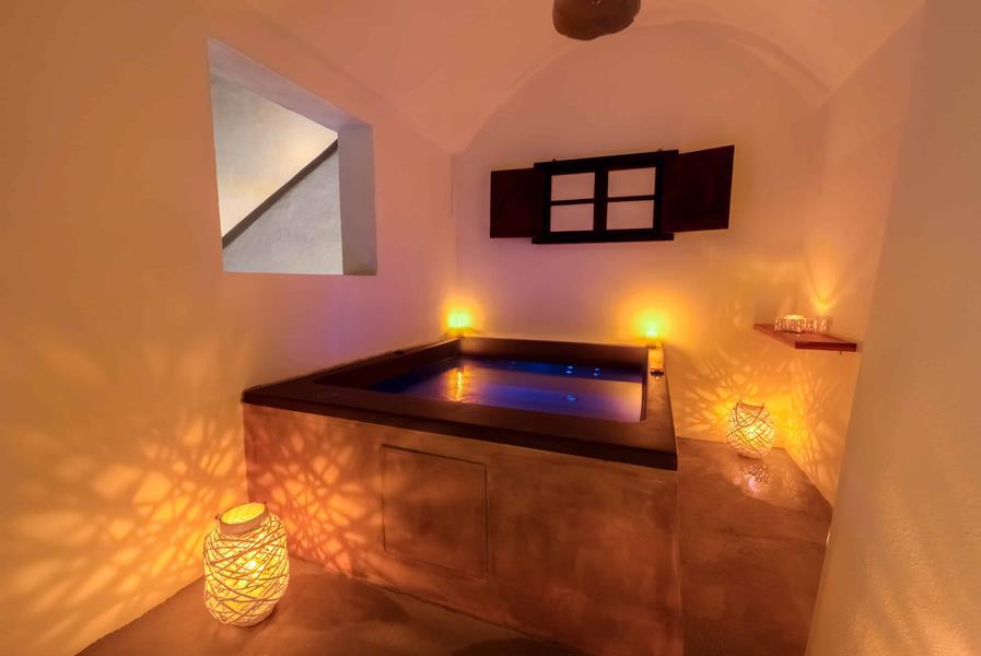 Oceanida Cave Suites Jacuzzi